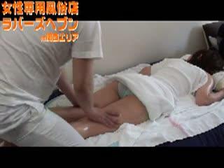 (オイル)細身な女性がお尻や背中を オイルマッサージされてます。男性マッサージ師が入念に背中をマッサージしている女性専用性感マッサージムービーです。