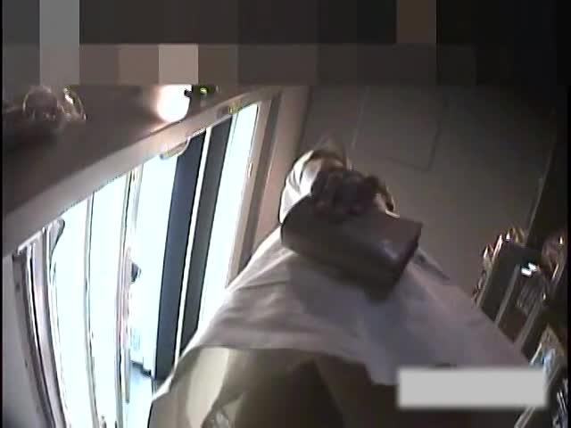 【パンチラ盗撮動画】ハッキリ言ってヤバい!正真正銘の病院内売店で本物ナースのスカート内を冗談抜きの撮影!